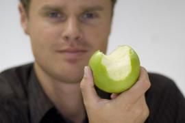 Kein Blut am Apfel beweist: Das Zahnfleisch ist gesund.